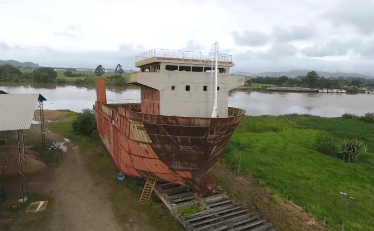 Navio em estaleiro abandonado em Itajaí é o retrato da Indústria Naval no Brasil | Portal Marítimo