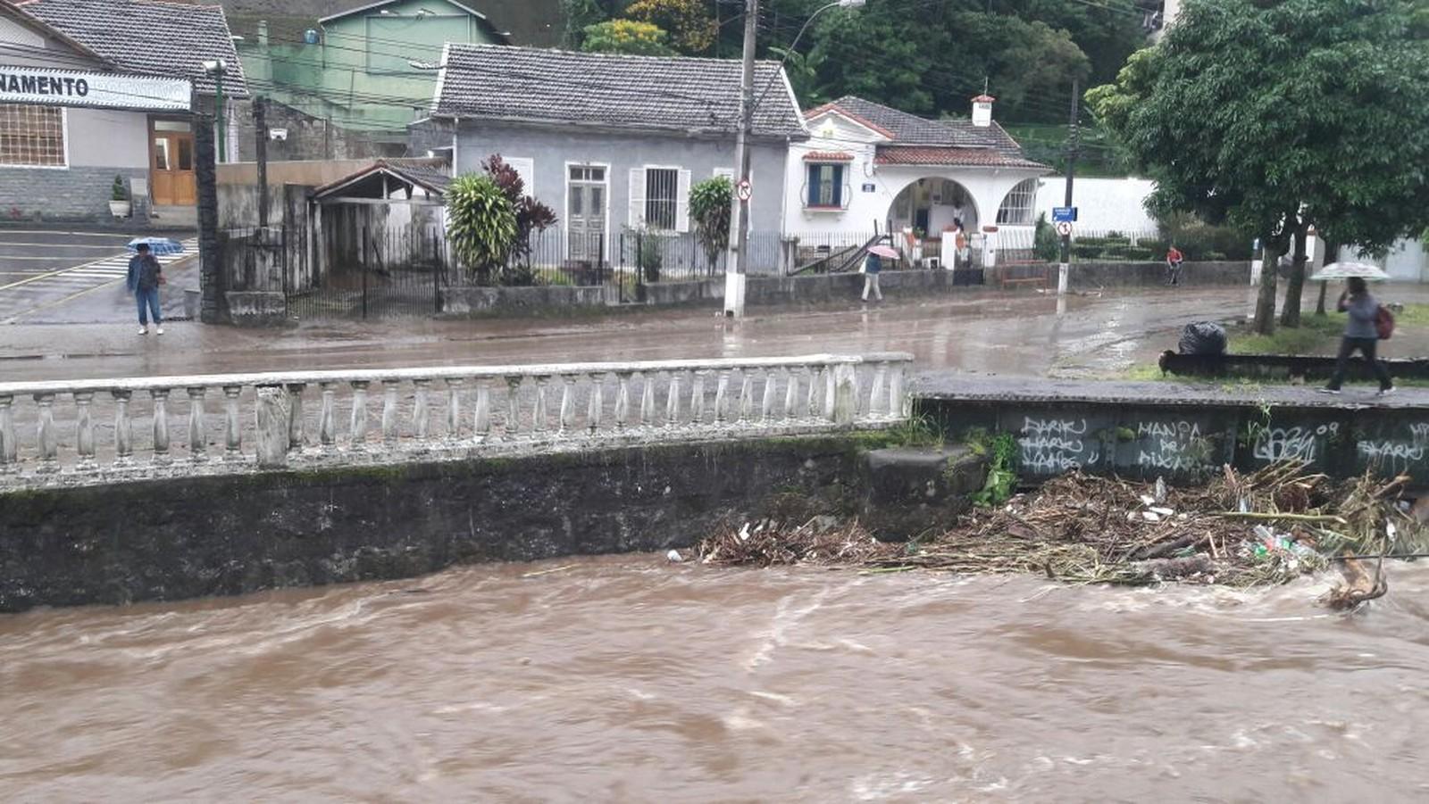 Defesa Civil está em estágio de atenção em Petrópolis, no RJ | G1