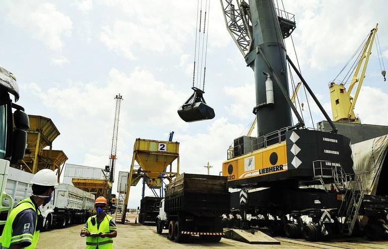 Balança comercial fica positiva em US$ 1,8 bilhão — Portal Brasil